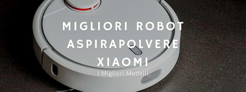 Scritta bianca Migliori Robot Aspirapolvere Xiaomi con fotografia su sfondo di aspirapolvere robot bianco su pavimento grigio