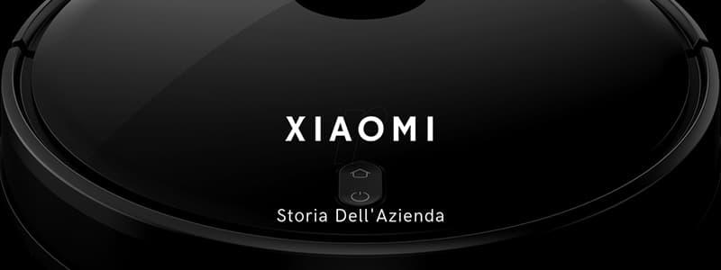 Scritta bianca Xiaomi Storia dell'azienda con fotografia sullo sfondo di aspirapolvere robot nero in primo piano